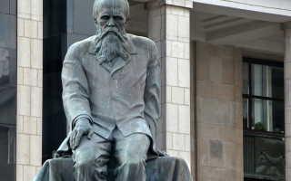 Перед государственной библиотекой им ленина стоит памятник. Памятник достоевскому возле ргб